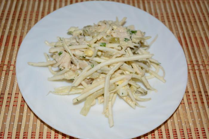 Дуже смачний салат з селерою, куркою, огірком, яйцями і зеленню