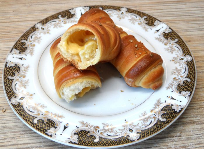 Здобні дріжджові трубочки з сиром чи то смачні сирні палички із дріжджового тіста