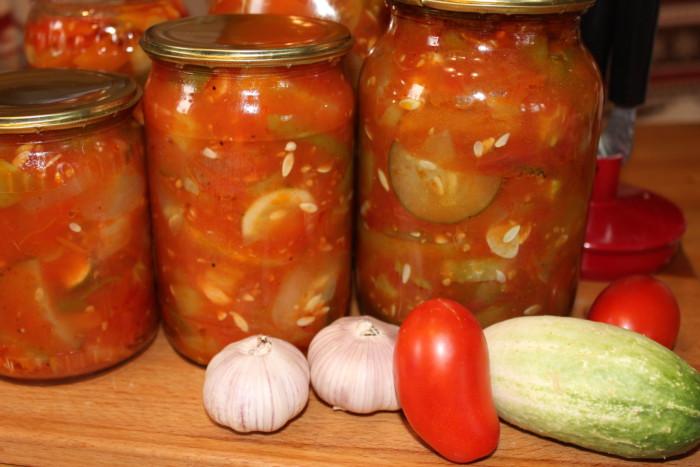 Грузинський салат з огірків і помідорів на зиму
