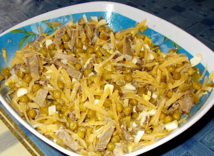 Смачний салат зі свинячого язика з солоним огірком, горошком і сиром
