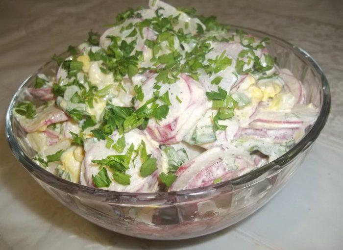 Весняний салат з редискою, яйцем і цибулею