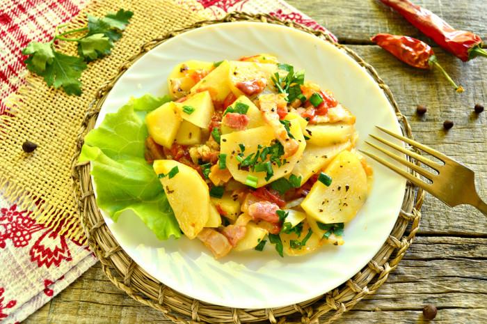 Тушкована картопля з беконом на сковороді