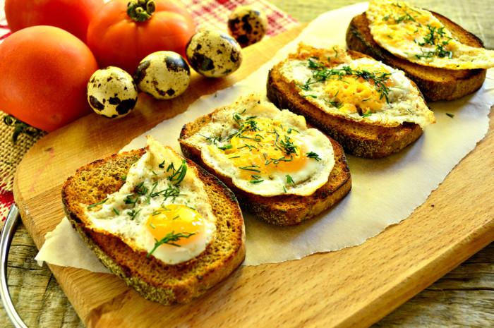 Хлібні тости з яйцем і зеленню на сніданок