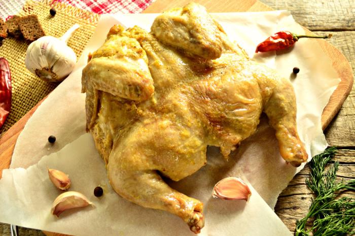 Курча в духовці цілком, запечене в фользі
