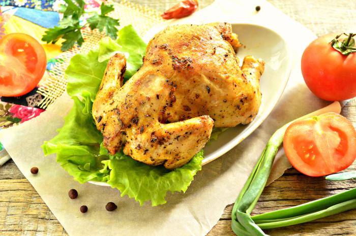 Курча запечене цілком у рукаві в духовці