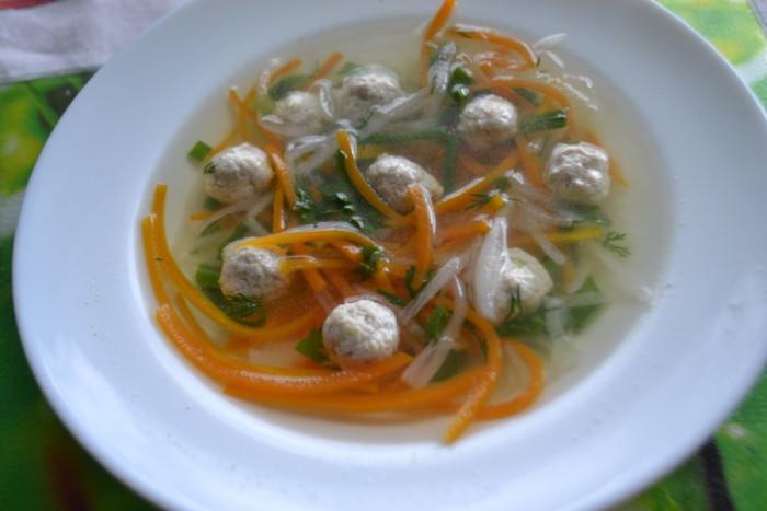 Корейський суп з локшиною, овочами і імбирними міні-фрикадельками