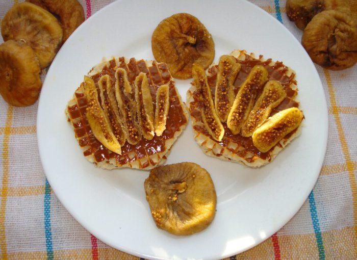 Вафельні тістечка без випічки – хрусткі вафлі зі згущеним молоком і інжиром