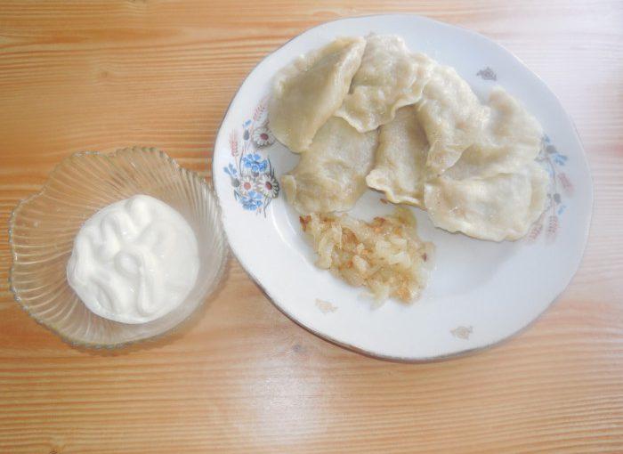 Вареники з сирою картоплею і цибулею – дуже смачні та незвичні