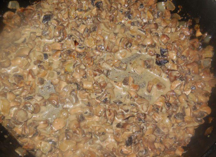 Печериці тушковані в сметані на сковороді – смачний гарнір до м'яса