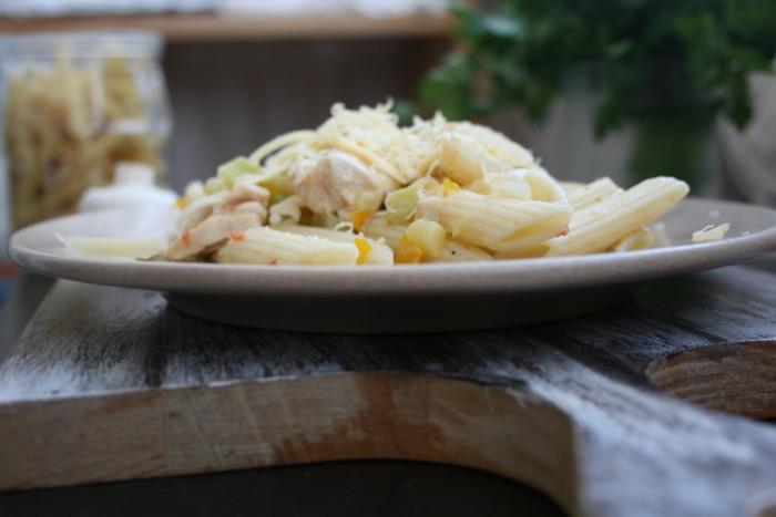 Італійська паста з куркою в соусі з овочів і сиру