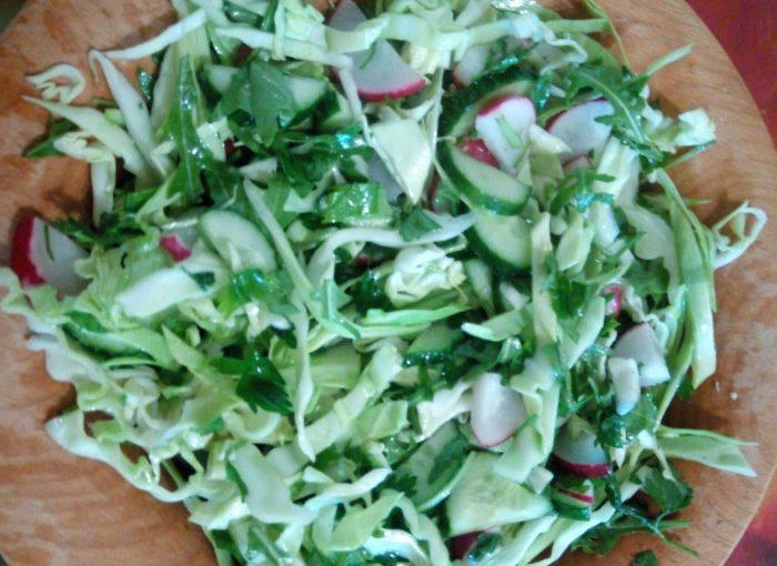 Смачний салат з руколою, огірками, капустою і редькою