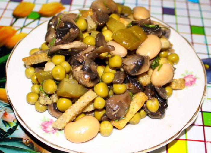 """Смачний салат із квасолею, грибами та сухариками під назвою """"Ситний чоловік"""""""
