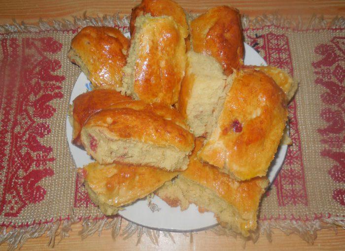Смачні дріжджові пиріжки з полуницею в духовці