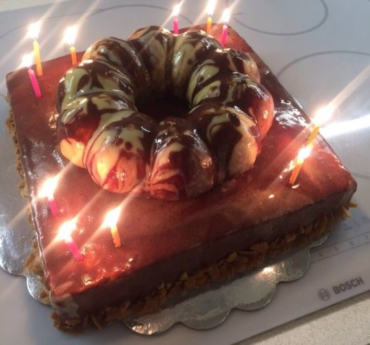 Бісквітний торт на день народження – з мусом, ананасовим кулі, мармуровим гляссажем