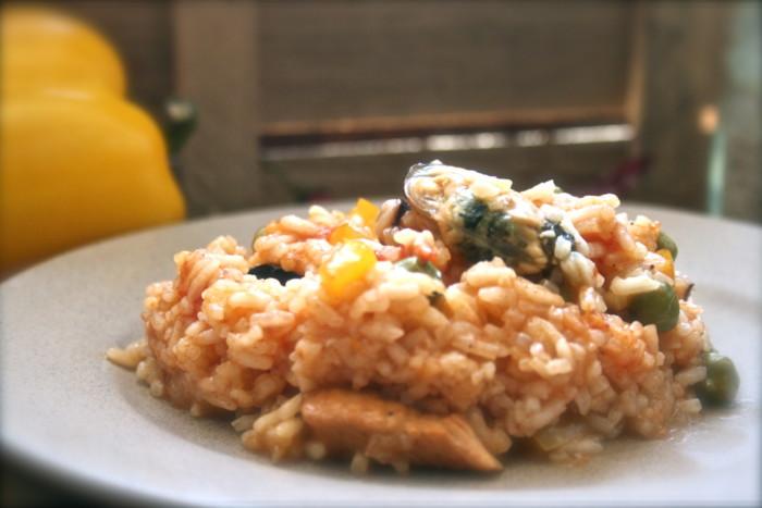 Іспанська паелья з куркою і морепродуктами