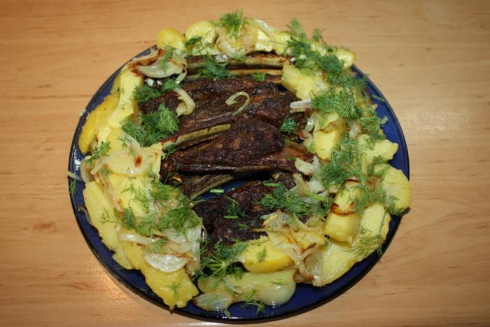 Баранячі реберця в духовці з картоплею та цибулею