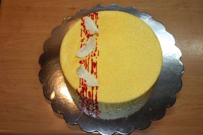 Мусовий манговий тортз велюром – домашній бісквітний торт з вершково-білковим кремом та лимонним просоченням