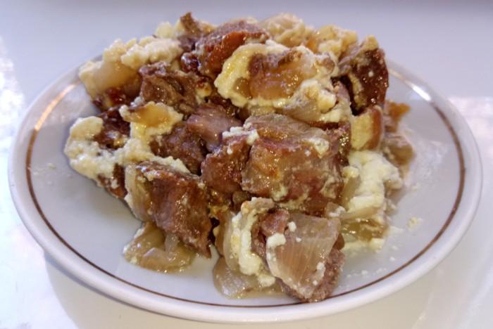Яловичина в горщиках в духовці – яловича печеня з цибулею і сметаною