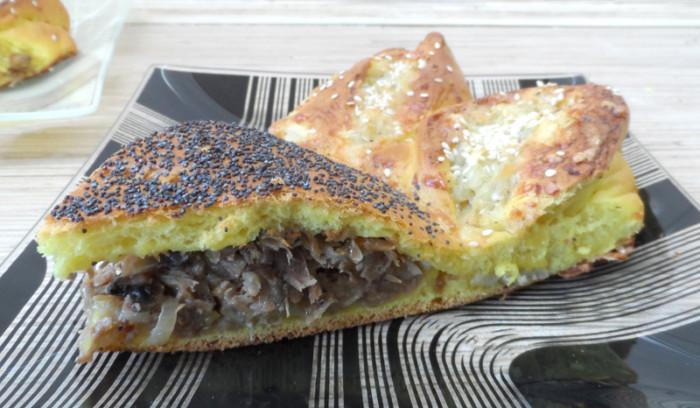 Дріжджовий пиріг-соняшник з двома начинками: з м'ясом і грибами, з картоплею і сиром