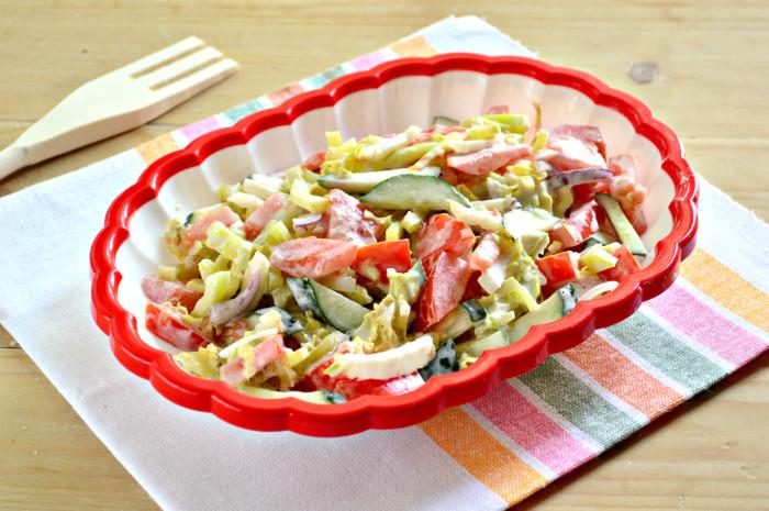 Овочевий салат з пекінською капустою зі сметаною – простий і смачний