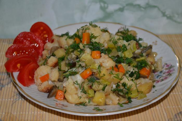 Овочеве рагу з молодою картоплею і кабачками, баклажанами і цвітною капустою