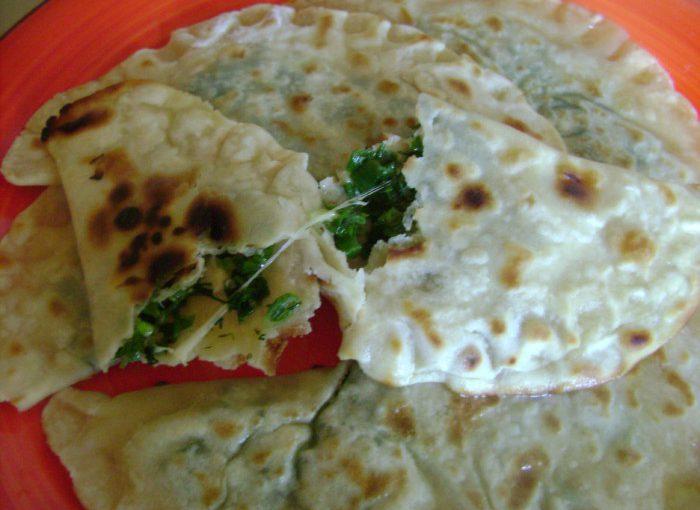 Хрусткі чебуреки з сиром і зеленню на сухій сковороді смажені без олії