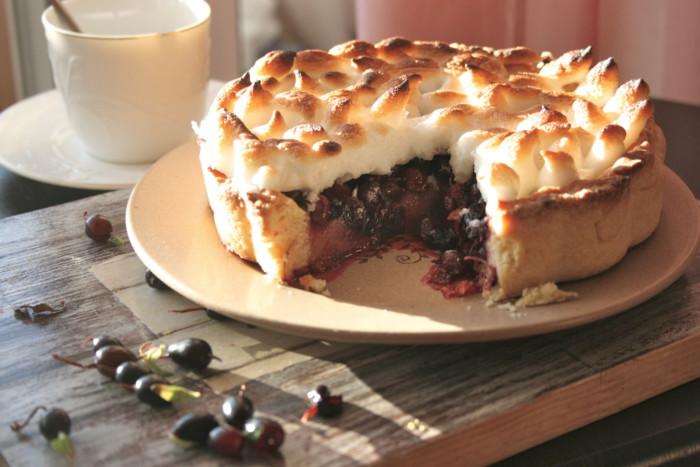 Відкритий пісочний пиріг з рубленого тіста зі смородиною і меренгою