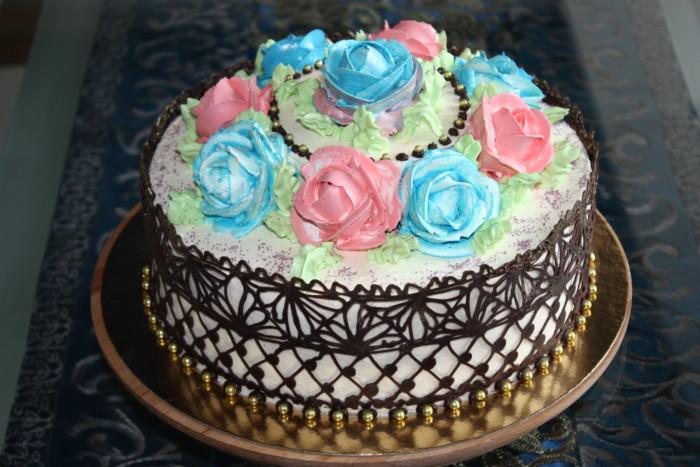 Домашній бісквітний торт с трояндами з крему на день народження