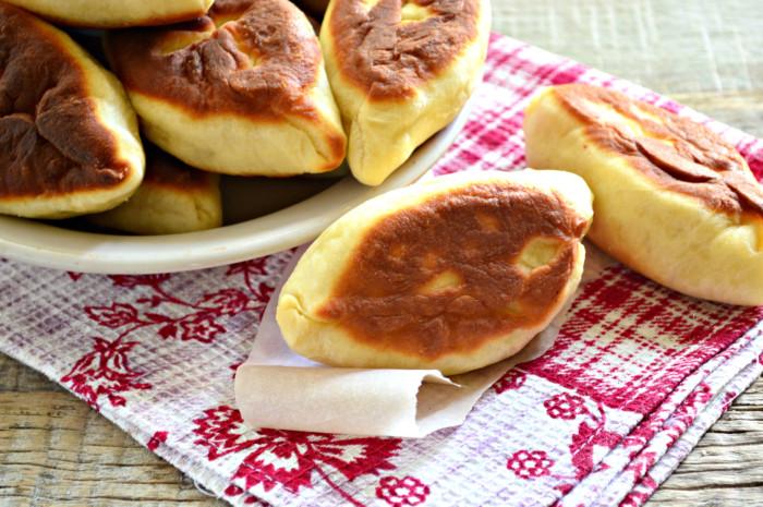 Дріжджові смажені пиріжки з фаршем на сковороді