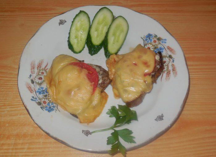 Ніжне та соковите м'ясо в духовці з помідором і сиром