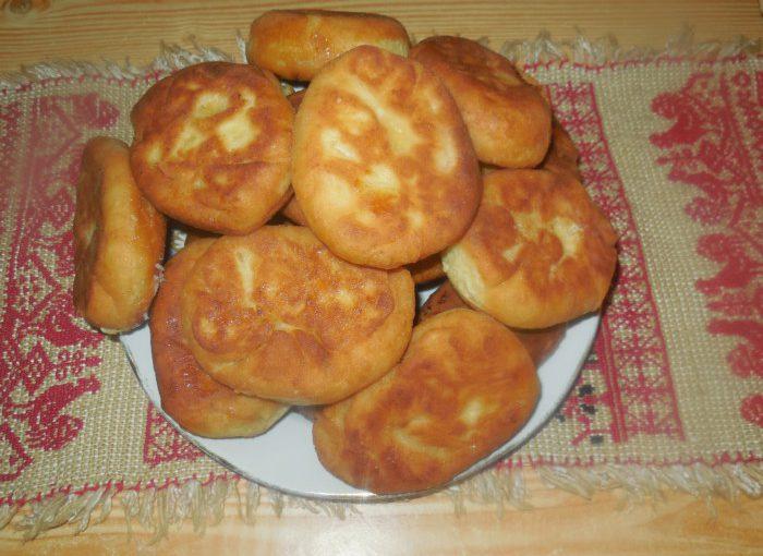 Пишні пиріжки з абрикосами з сирного тіста, смажені на сковороді