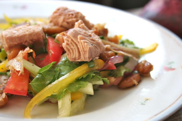 Салат Нісуаз з тунцем, анчоусами і квасолею – смачний рецепт французького салату