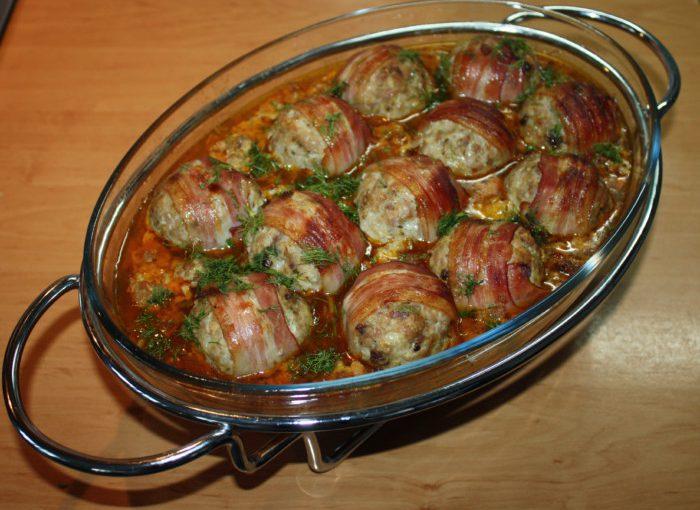 Фрикадельки в духовці або тефтелі з фаршу без рису запечені у копченій грудинці та соусі з овочів