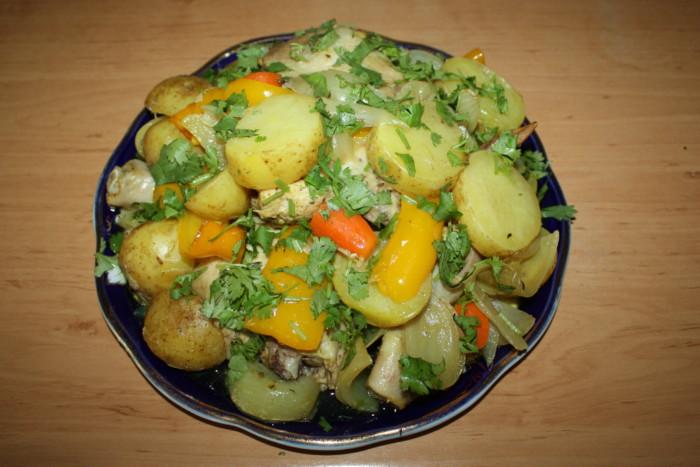 Молода картопля з куркою в духовці в рукаві