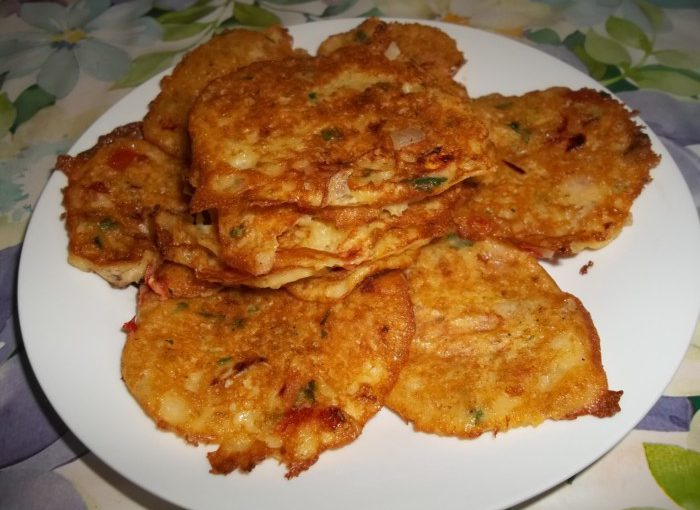 Смачні деруни з картоплі з помідорами
