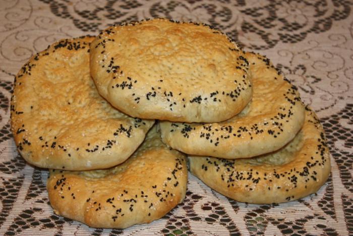 Узбецькі коржики в духовці або патир узбецький із кунжутом