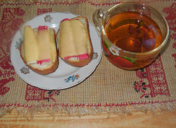 Гарячі бутерброди з крабовими паличками та сиром у духовці