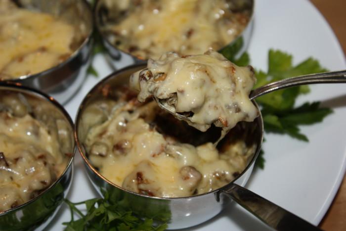 Домашній жульєн з грибів і сиру пармезан в духовці в ковшику