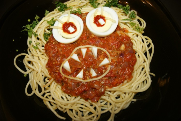 Веселі спагеті на Хелловін – страшна страва спегеті-монстр для святкової вечірки