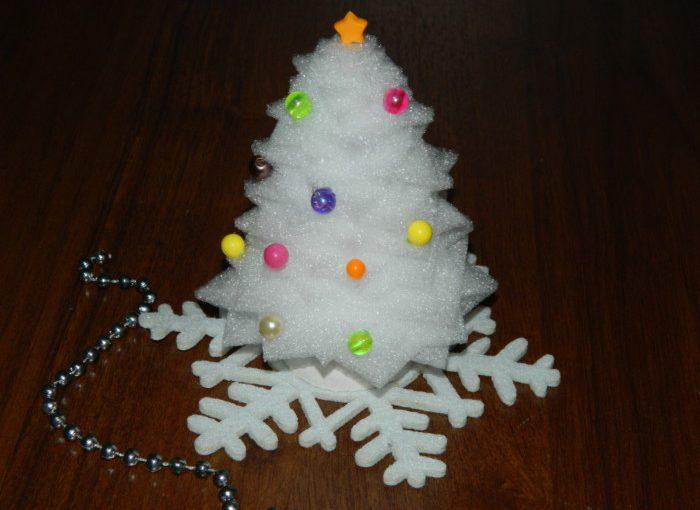 Ялинка-саморобка зі спіненого поліетилену – новорічна прикраса на робочий стіл в офіс