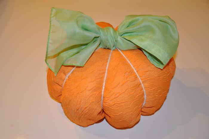 Гарбуз із подушки на Хелловін – як зробити декор для кімнати