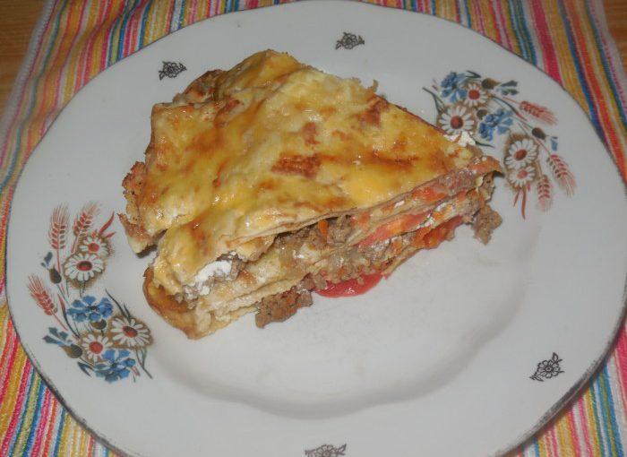 Бюджетна лазанья з млинців – з фаршем, сиром і помідорами
