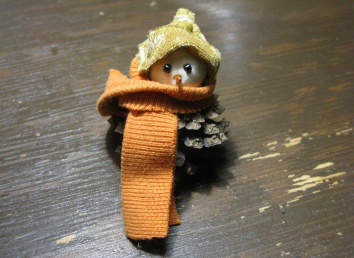 Сніговик з шишок - проста та гарна новорічна саморобка