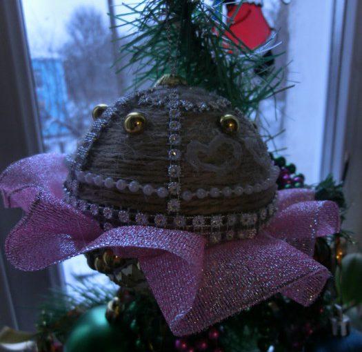 Об'ємні новорічні кулі з пінопласту і шпагату своїми руками – гарні новорічні саморобки