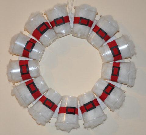 Новорічний вінок на двері з пластикових стаканчиків – оригінальна саморобка на Різдво та Новий рік