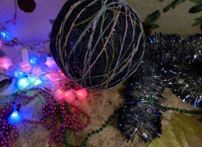 Новорічна куля з ниток і клею ПВА своїми руками – проста саморобка на Новий рік