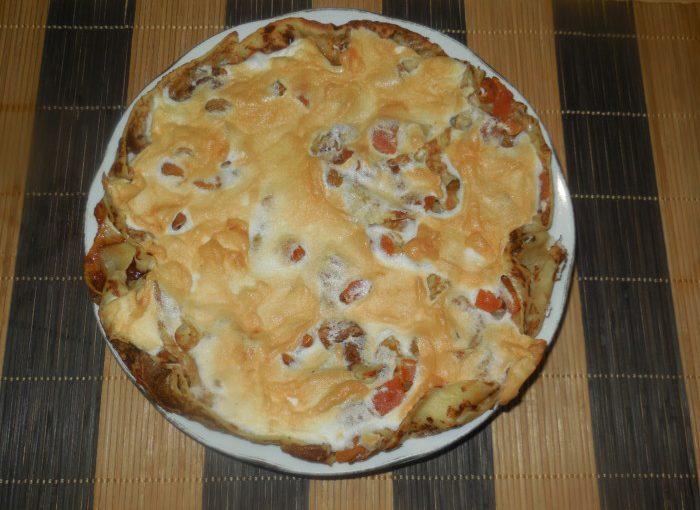 Солодкий млинцевий пиріг під збитими білками з курагою та варенням