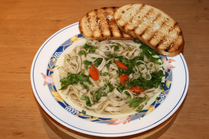 Суп – локшина по-домашньому: в курячому бульйоні з морквою і грінками