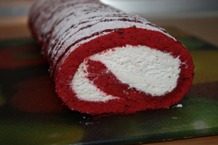 Бісквітний рулет Червоний оксамит – з кремом маскарпоне і ягідно-фруктовим просоченням
