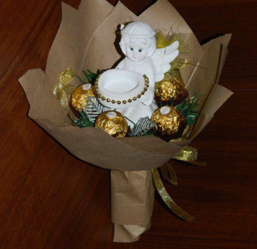 Простий букет з цукерок з ангелом – оригінальний подарунок на день Валентина або Різдво